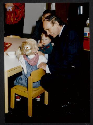 """91263 - Made en Drimmelen. De commissaris van de Koningin in Noord-Brabant (1987-2003) de heer Houben in gesprek met enkele kinderen van de creche in het zojuist officieel geopende Sociaal Cultureel Centrum """"De Mayboom"""" in Made.   ."""
