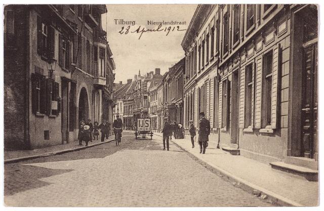 001649 - Nieuwlandstraat in zuidelijke richting. Geheel rechts de voordeur van het pand Nieuwlandstraat nr. 1, bewoond door fabrikant M.C. Brouwers vóór de verbouwing tot winkelhuis. Verder de panden Nieuwlandstraat 3, 5 en 7 herenhuizen, die in 1910 bewoond werden door fabrikantenfamilie's. Op nr. 3, voorheen M774, woonde Franciscus M.J.C. Brouwers-Van Ophoven, wollenstoffenfabrikant en firmant van de firma J. Brouwers, op nr. 5, voorheen M773 woonde Henricus J.M.A. Verbunt, wijnhandelaar en strohulzenfabrikant, directeur van de firma Verbunt-Van Dijk. Op nr. 7, voorheen M772 woonden de zussen Antonetta A.M.C. en Lucia J.M.C. Brouwers. Vanaf de jaren twintig van de 20e eeuw werden steeds meer woonhuizen in de Nieuwlandstraat in gebruik genomen als winkelpand. In oktober 1952 werd zelfs een winkeliersvereniging Nieuwlandstraat opgericht. In het 18e eeuwse huis links, bekend als Nieuwlandstraat M1147, later nr. 6, woonde in het begin van de 20e eeuw Ludovicus Fr. de Backer, getrouwd met Minna H. Dehennin uit Leuvel en fabrikant van gloeilampen. Van 1923 tot 1929 woonde er de ongehuwde Amerikaan Albert Louis Benoit, directeur van de Lederfabriek Oisterwijk. Hij verhuisde in 1929 naar Auerbach in Duitsland. Daarnaast op nummer 8 was de kunsthandel van de firma Dreesen. Hier exposeerde  in 1917 Albert Lejeune en in 1928 Jan van Delft.