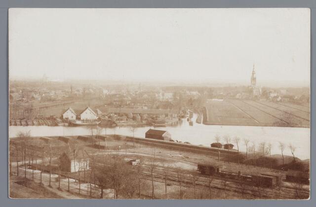 058085 - Foto genomen in 1905 vanaf de toren van de Hervormde kerk; aan de overzijde  de haven en de vroegere kerk van Raamsdonksveer; aan deze kant van de rivier zijn de geschutsopstellingen en het looppad achter de wal goed te zien