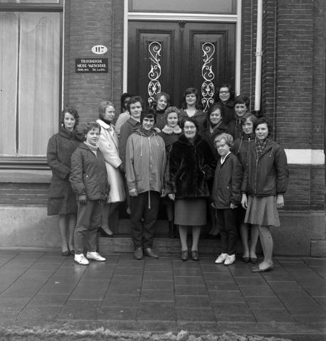 1232_16_263 - Tilburgse koerier. Modevakschool