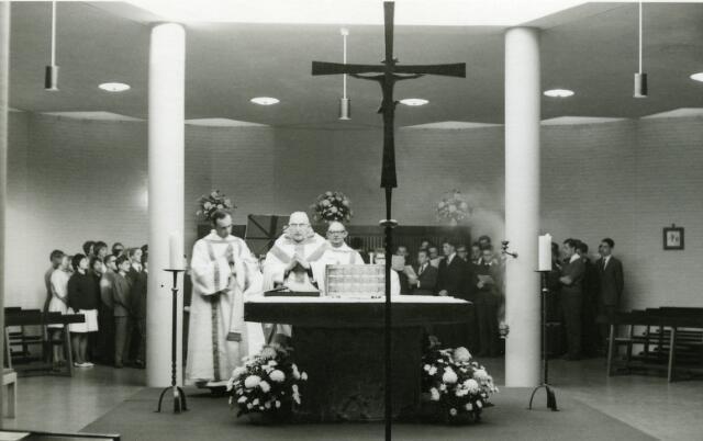 """092040 - Heilige Mis in de kapel van de St. Paulus-HBS  b.g.v. het 40-jarig ambtsjubileum van de heer H.J.H. van Hoof, werkzaam bij de vereniging """"Ons Middelbaar Onderwijs in Noord-Brabant""""."""