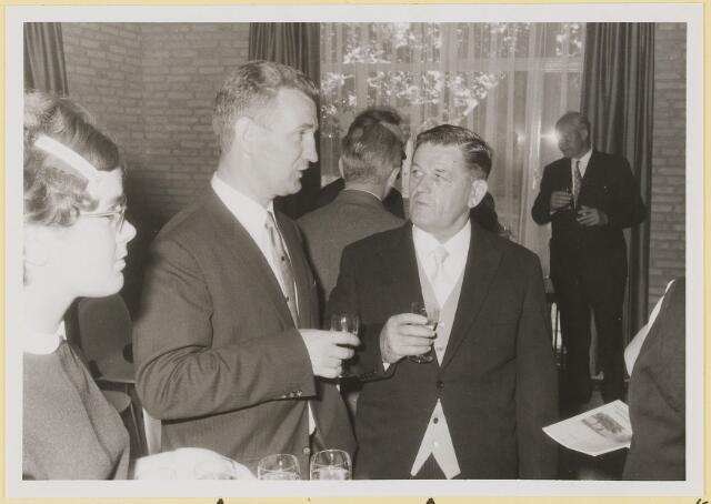 072969 - Opening gemeentehuis door de Commissaris van de Koningin Kortmann.  Bijzondere raadsvergadering., na afloop. Informele contacten.  G.C. Reijgersberg, raadslid F.v.d. Sande.