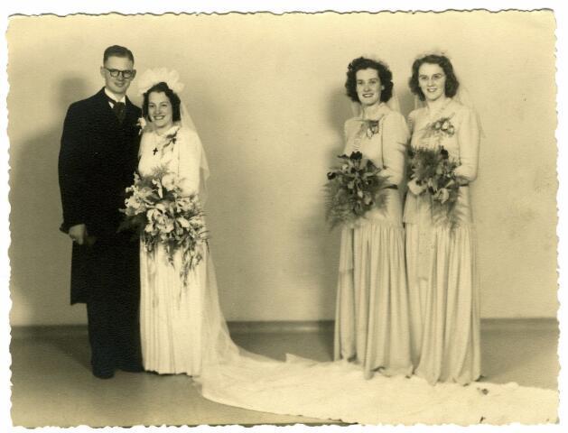 082872 - Huwelijk Hoefnagels-Wagemakers. De bruid, Johanna Wouthera Josephina Maria Wagemakers werd geboren te Tilburg op 29 juli 1912, dochter van bloemist Alphonsus Fr.C. Wagemakers en Petronella J.Th. Favier.