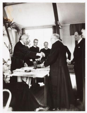 051456 - Basisonderwijs. schoolbestuur/personeel. St. Jozefschool van de parochie broekhoven ll. Afscheid van frater Euberto de Kort. Hij was hoofdonderwijzer van de school. Hij was bijna 25 jaar aan de school verbonden. In deze tijd namen veel parochies definitief afscheid van de religieuzen die de scholen hebben geleid.
