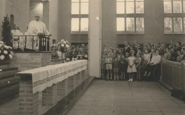 653308 - Parochie Gasthuisring. Toespraak van Pastoor K. D.J. Janssen (1939-1963) ter verwelkoming van Bisschop Mgr. W. Mutsaerts. De bisschop was er ter gelegenheid van de consecratie van de nieuwe kerk O.L.Vrouw van Altijddurende Bijstand