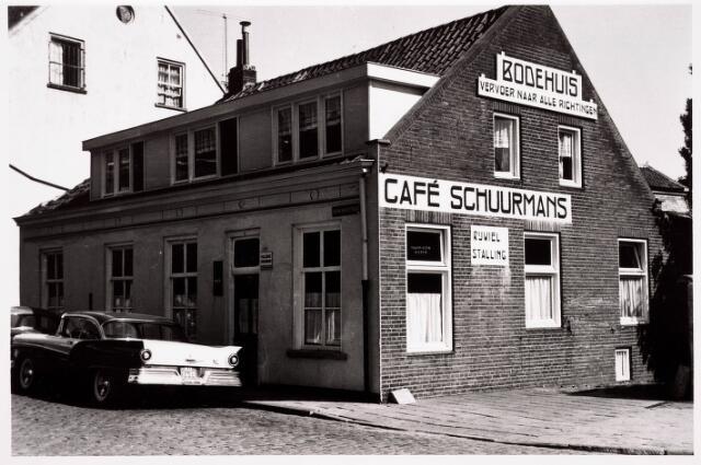 """036216 - Stadhuisplein. Café Schuurmans annex Bodehuis (""""vervoer naar alle richtingen"""") aan Monumentstraat."""