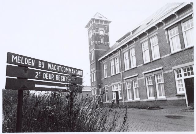 016363 - Militaire gebouwen. Hoofdgebouw van de generaal-majoor Kromhoutkazerne, gelegen aan de Diepenstraat. Met links een bord 'MELDEN BIJ WACHTCOMMANDANT 2E DEUR RECHTS'.