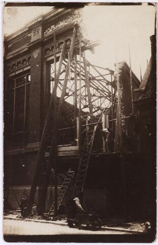 013462 - WOII; WO2; Tweede Wereldoorlog. Oorlogsschade. Vernielingen. Herstelwerkzaamheden aan de zwaar beschadigde machinekamer van Beka aan de St. Josephstraat, die op 12 mei 1940 getroffen werd door Franse bommen