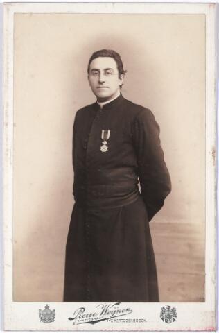 005264 - Antonius Josephus Maria Mutsaerts, geboren Tilburg 29 augustus 1866. overleden 's-Hertogenbosch 28 april 1926, begraven Orthen 3 mei 1926. Ongehuwd.  Priesterwijding 23 mei 1891, assistent te Berkel 31 december 1891, professor aan het Seminarie te Sint-Michielsgestel 29 januari 1892, kapelaan, later pastoor van de St. Pieter in 's-Hertogenbosch16 november 1894, 3 december 1909, Ridder in de Orde van Oranje-Nassau 27 augustus 1903, provisor van het seminarie Sint Michielsgestel 5 okotober 1911, geheim Kamerheer van Z.H. de Paus 7 januari 1919, oprichter en adviseur van de Katholieke vakvereniging van Spoor- en Tramwegpersoneel St. Raphaël