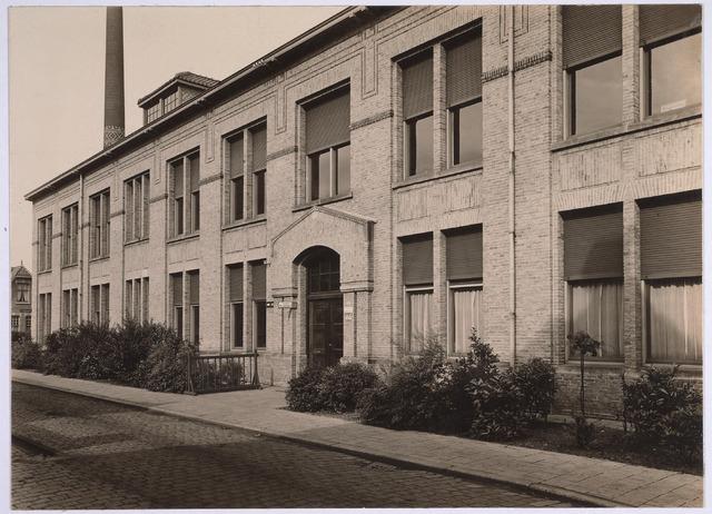 025165 - Gebouw van de gemeentelijke gas- en elektriciteitsfabriek aan de Lange Nieuwstraat waarin de afdeling administratie was ondergebracht. Foto uit 1924