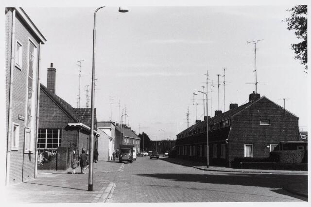 028141 - Pastoor Smitsstraat met op de voorgrond links de Nuyensstraat en rechts de Alb. Kleinstraat
