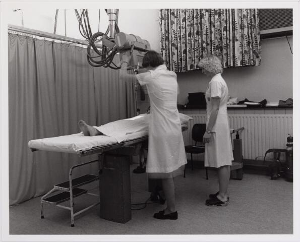 041841 - Elisabethziekenhuis. Gezondheidszorg. Ziekenhuizen. Röntgenkamer in het St. Elisabethziekenhuis.