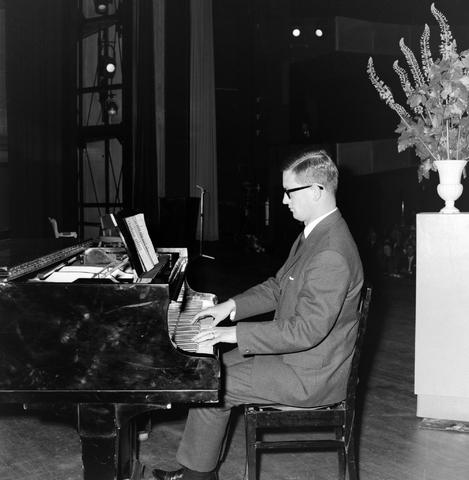 1237_012_999-1_007 - Textiel. Garenfabriek . Van Besouw. Jubileum J.B.M.Mes 1966 Schouwburg Tilburg Pianist