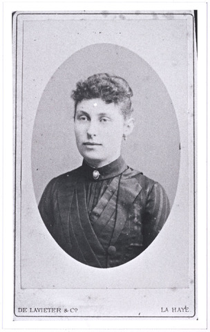 004895 - Josepha Elisabeth Maria KNEGTEL (Fien, Tilburg 1868-1941) trouwde in 1896 met sigarenfabrikant Hubert F.A. Donders (Tilburg 1863-1944). Zij was een dochter van Leonardus Nicolaas Knegtel (1838-1888), oprichter van wijnhandel Knegtel, en Catharina Helena Latour (1837-1882).