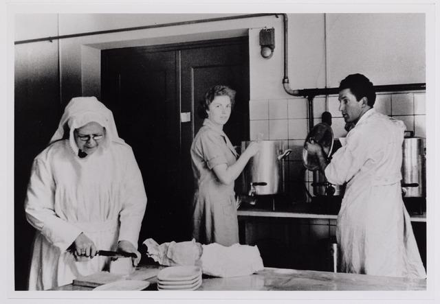 042008 - Ziekten. Pokken. Epidemieën. Quarantaine van besmette personen in het Cenakel tijdens de pokkenepidemie in 1951. Werkzaamheden in de keuken, met links zuster Fidelia.