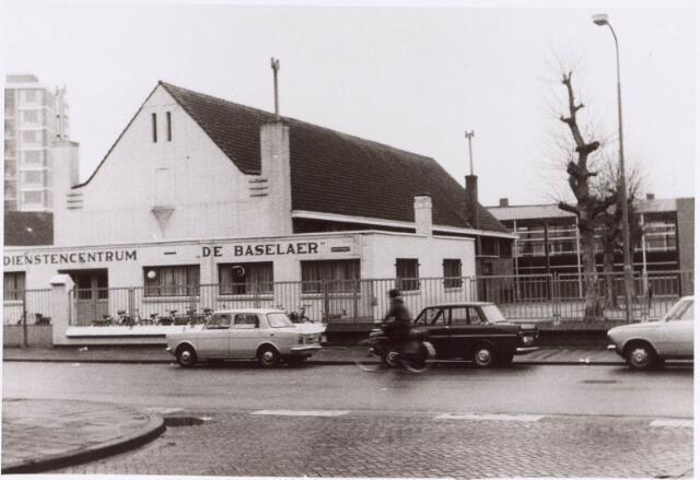 022385 - Dienstencentrum De Baselaer aan de Hoefstraat, gelegen tussen bistro 't Hoefke en de jongensschool