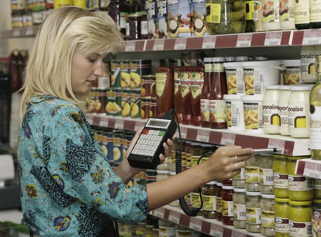 TLB023000088_001 - Supermarkt van De Rooi Pannen waar de leerlingen de benodigde praktijkervaring op doen. Scanapparaat voor artikel- en vooraadcontrole. Foto t.b.v.  promotie detailhandelsopleiding en Onderwijsexpositie.
