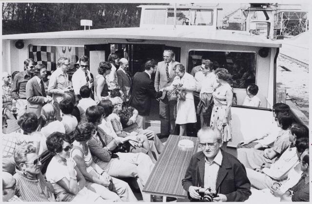 100675 - Verenigingsleven. Middenstandvereniging bij uitstapje met boot waarop de burgemeester mater en zijn vrouw  worden verwelkomd.