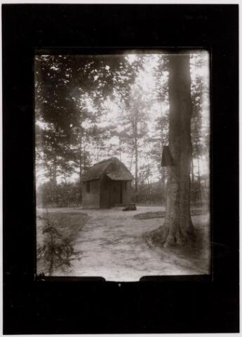 046523 - St. Janskapel op het Poppelse gedeelte van het landgoed Nieuwkerk. De kapel is gebouwd in de negentiende eeuw op de plaats, waar de zeventiende eeuwse schuurkerk van Goirle stond. Aan de boom rechts een kruiswegstatie.