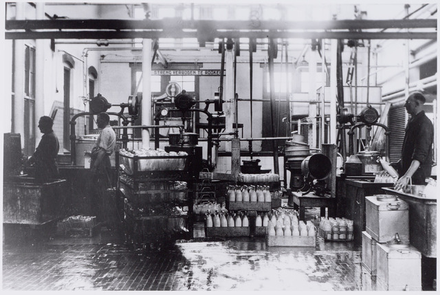 049985 - Zuivelindustrie. Melkfabriek. Interieur van de Tilburgsche Coöperatieve Melkinrichting en Zuivelfabriek (C.T.M.) Foto uit ´Je Taalboek´ van frater Victor van Nispen.
