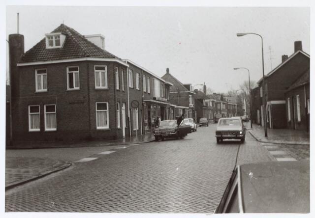 019878 - Kruising Groeseindstraat met links de Bisschop van de Venstraat en rechts de St.-Paulusstraat. Op de rechterhoek woonde boer Versteijnen en op de hoek met de Bisschop van de Venstraat zat kolenhandel Van Loon.