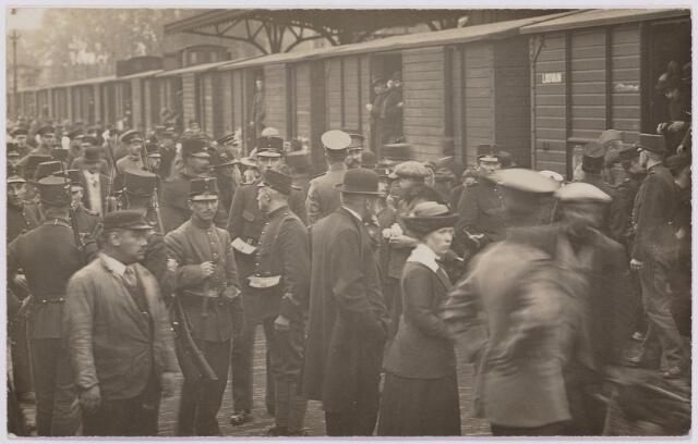 042293 - Eerste Wereldoorlog. Belgische vluchtelingen. Aankomst op het station.