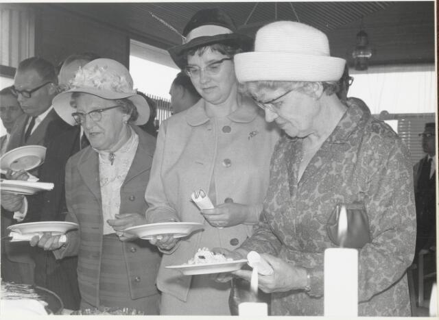 """91704 - Made en Drimmelen. Keuzes maken bij het buffet ter gelegenheid van  de officiële opening van de nieuwe Jachthaven """"De Biesbosch"""""""