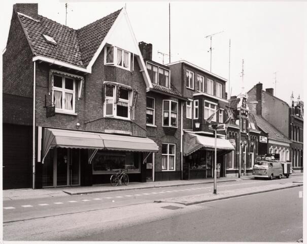 033383 - Links de panden Tivolistraat 31/29, vroeger Bosscheweg 113 en 111a, vanaf 1932 Bosscheweg 385/383. Het pand werd gebouwd rond 1923. Op nummer 31 woonde van 1939 tot 1959 groentehandelaar Martinus Elings. Daarna tot 1981 dameskamer Gerardus C.J. van Leeuwen. Op nr. 29 woonde vanaf 1939 dameskapper Henricus L. van Mook.