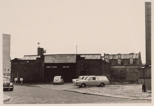 025947 - Garage Nellen aan de Zomerstraat, thans Louis Bouwmeesterplein. Links is nog juist een deel van de schouwburg te zien.