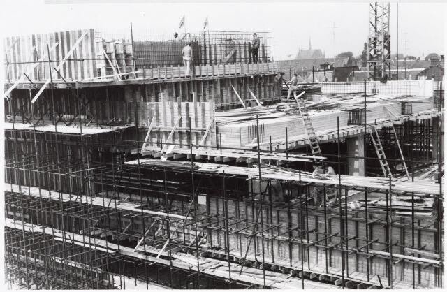 032628 - Nieuwbouw raadzaal aan het Stadhuisplein  zie documentnummers 32552, 32652 en 32608;  de vlaggen op de foto zijn van firma Gerson in de heuvelstraat/ hoek Monumentenstraat