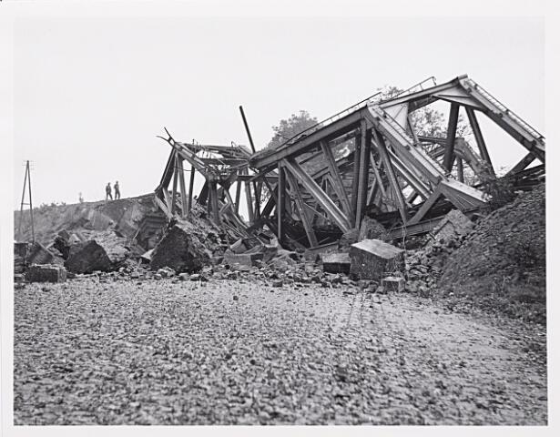 012326 - Tweede Wereldoorlog. Vernielingen. Vernielde spoorbrug over het Wilhelminakanaal gezien vanuit de richting Berkel - Enschot