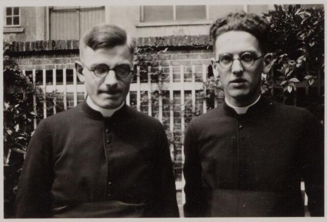 049082 - Van links naar rechts de broers Karel en Frans de Beer, zonen van Lambertus Th.M. de Beer en Theresia C.H.M. Eras. Karel werd geboren te Tilburg op 26 februari 1908 en was pastoor te Hilvarenbeek. Frans werd geboren te Tilburg op 31 mei 1906. Hij was pastoor in de gemeente Ravenstein en Gemonde.