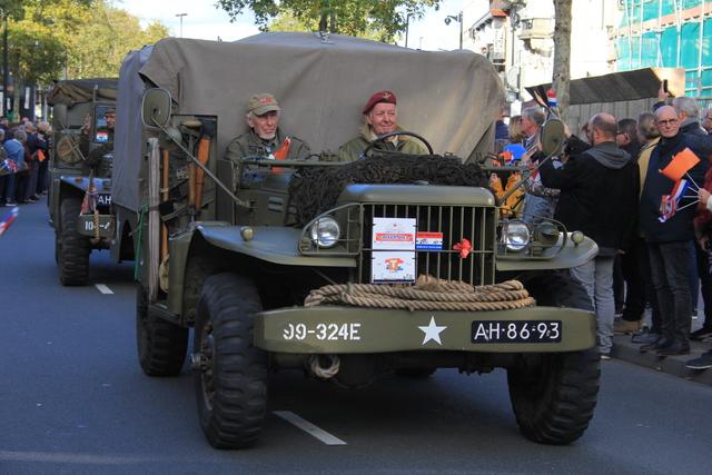 658401 - Tilburg 75 jaar bevrijd. Een optocht met militaire voertuigen en taptoe door de Tilburgse binnenstad op 27 oktober 2019.