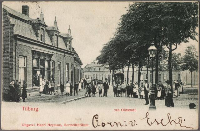 011003 - De buurtschap 't Heike kreeg in 1904 de naam Piuspark. Op de voorgrond het begin van de Primus van Gilsstraat. Links de rund- en varkensslagerij van W.P.M. van Oers, voorheen de weduwe M. van Oers-Verhees. Tot 1910 droeg het pand het huisnummer Van Gilsstraat wijk M nr. 189. In 1910 werd dit Piusstraat 77-79. Buiten voor het linkerraam van de slagerij hangen stukken vlees. Op de achtergrond, rechts van de koets de ingang van de Ververstraat. De huizen links van deze straat, voor 1910 bekend als de panden wijk M 170 t/m 178, kregen in 1910 als adres St. Janshof 1 t/m 9. De naam St. Janshof bleef bestaan tot eind jaren zestig van de twintigste eeuw. Rechts op de voorgrond een gaslantaarn.