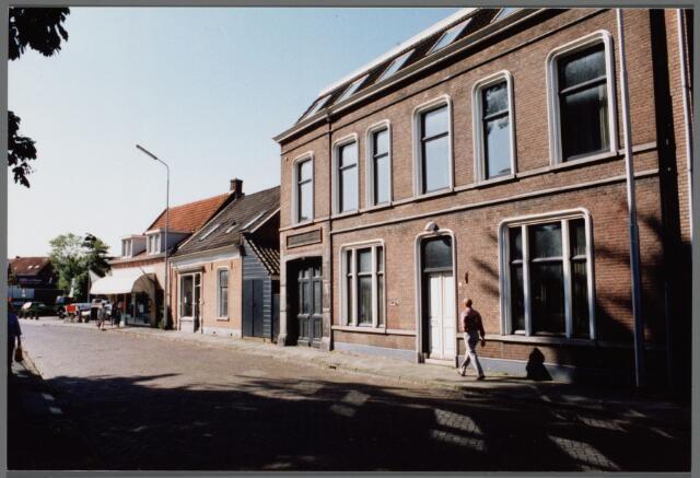 102536 - Rulstraat rixhting Gasthuisstraat vanaf richting Vredeskerk. V.l.n.r. Van de Meer Bouwbedrijven (voorheen Martens), eerst schilder Boruwers, daarna bloemisterij, slagerij Van de Elshout, daarna Ton Kersten.