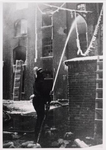 035198 - Brand. Op 25 januari 1933 is de meelfabriek van Van Loon aan de Willem II-straat geheel afgebrand. De brandweer had bij het blussen veel last van de vorst.