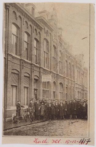 040856 - Vakbeweging. Stakingen. Arbeidsconfict 1917, stakers bij de Gildenbond 'R.K. Werklieden vereeniging St. Dionysius' aan de Tuinstraat.  (zie reactie)
