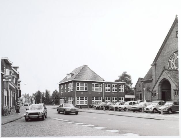 015230 - Viersprong Volstraat (links op de voorgrond, Broekhovenseweg (rechts), Bisschop Zwijsenstraat (links op de achtergrond) en Piusstraat (rechts op de achtergrond). Rechts de kerk van de parochie Broekhoven I