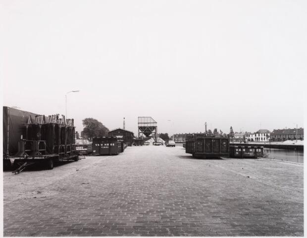 028550 - bedrijfspanden aan de Piushaven genomen in de zomer van 1981
