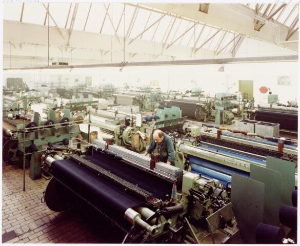 037972 - Textielindustrie. Weverij. Moderne spoelloze weefmachines bij wollenstoffenfabriek C. Mommers & Co.