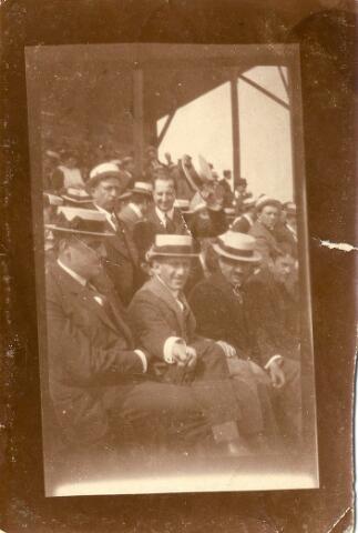 064594 - Toeschouwers bij een wielerwedstrijd gereden op de wielerbaan bij de theetuin op Koningshoeven. Deze wielerbaan werd aangelegd in 1905 en stond in 1913, samen met de theetuin te koop. Op de eerste rij v.l.n.r.: Fons Caspanni en Janus van Arendonk. Op de tweede rij v.l.n.r.: Louis Donders en Joop Houben.
