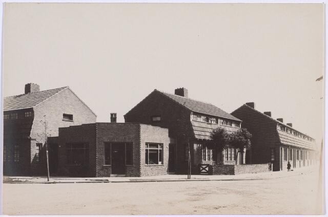 014225 - Kruising St.-Pieterstraat (links), St.-Pietersplein (voorgrond) en St.-Andreasstraat (rechts). Het winkelpand op de hoek en de twee huizen rechts daarvan staan aan het St.-Pietersplein. In het hoekpand zat tot circa 1975 slager  Harry van Beurden. In de drie andere hoekpanden aan het St.-Pietersplein zaten kruideniers; rond 1970 de Coöp., de VéGé van André Kuijpers en zijn zoon en Tijn Cornelissen die stopte in augustus 1977.