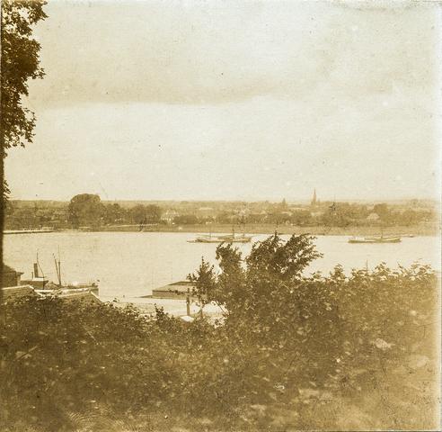 653611 - Uitzicht over rivier, locatie onbekend. (Origineel is een stereofoto.)