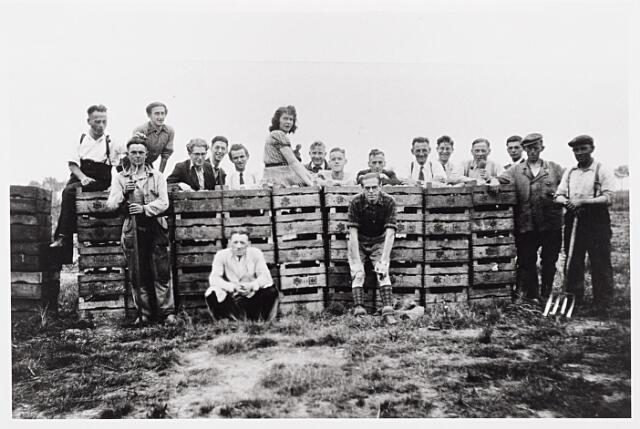 013991 - WO2 ; WOII ; Tweede Wereldoorlog. Distributie. Vol trots poseren particulieren bij de opbrengst van het gezamenlijk bewerkte land