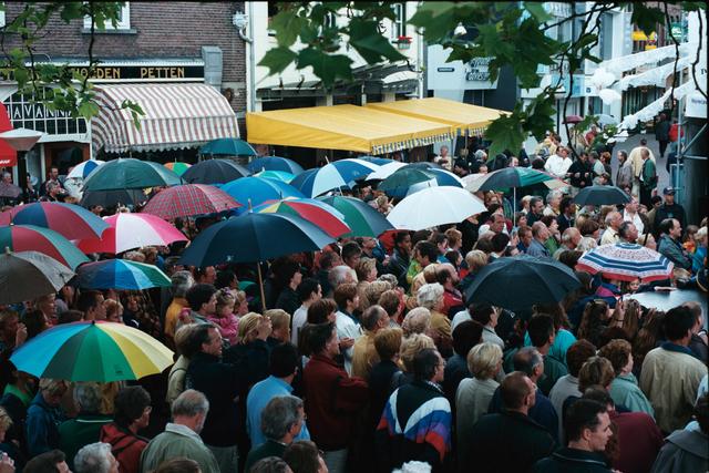 1237_010_768_019 - Festival levenslied 1998 Muziek. Publiek met paraplu's