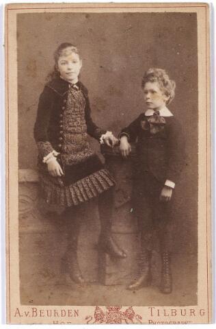 005831 - Zus en broer Josephina Anna Maria van Spaendonck geboren Tilburg 19 maart 1872, overleden Tilburg 2 november 1963 en Augustinus Josephus Cornelis van Spaendonck, geboren Tilburg 1 juli 1870, overleden Haarlem 19 september 1938.