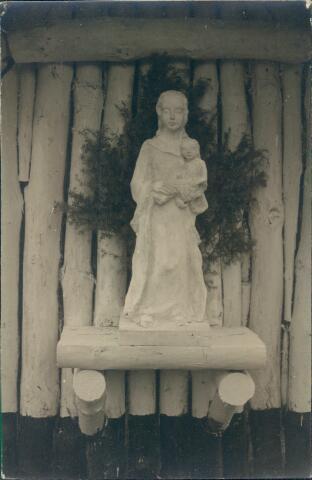 650761 - Brabants Studenten Gilde. Onze Lieve Vrouw van de Goede Duik, Tilburg. Het houten Maria-met-kind beeld in de houten kapel die in 1943 gebouwd werd door ondergedoken studenten van de Katholieke Hoge School Tilburg. Het beeld stond op het landgoed Moerle van de familie Van Nunen.