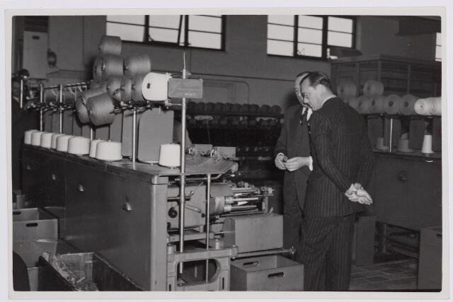 037657 - Textiel. Prins Bernhard wordt op 13 november 1950 rondgeleid in wollenstoffenfabriek H. F. C. Enneking. Hier is hij in het gezelschap van directeur Hein Enneking sr. in de inslagspoelerij