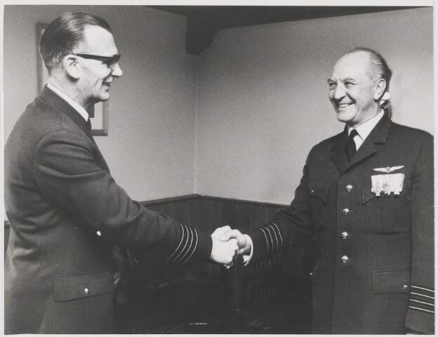 081496 - Vliegbasis. Felicitatie bij onderscheiding
