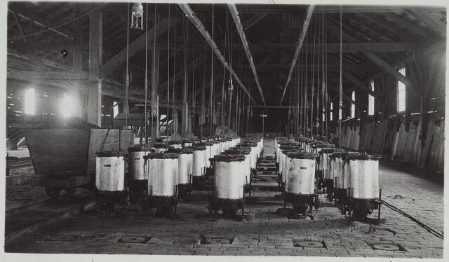 026028 - Een batterij bestookpotten op de oven, met daarnaast een kolenwagentje in steenfabriek Claesen aan de Lovense Kanaaldijk omstreeks 1925